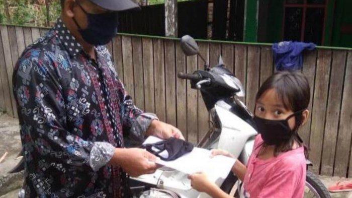 Guru MIN 3 Kapuas Keliling Mengantar Soal Ulangan Akhir Semester Langsung ke Rumah Murid