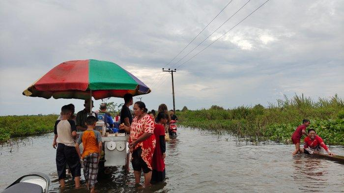 Pedagang Tetap Berjualan di wilayah banjir Kabupaten Banjar Kalsel