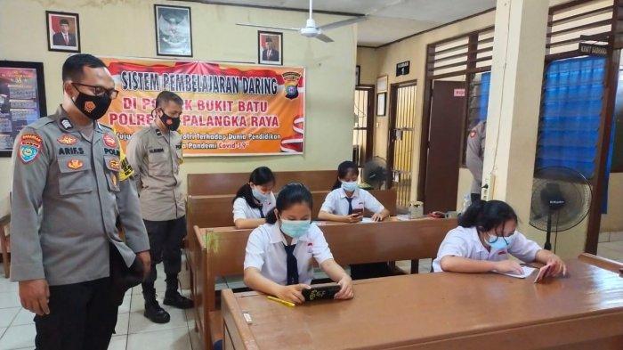 Sejumlah Pelajar Pinggiran Palangkaraya Numpang Wifi Gratis Polsek Bukitbatu
