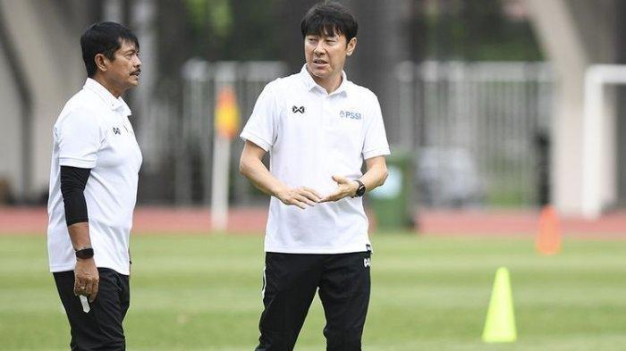 Pelatih Timnas Indonesia Shin Tae-yong (kanan) berbincang dengan asisten pelatih Indra Sjafri saat seleksi pemain Timnas Indonesia U-19 di Stadion Wibawa Mukti, Cikarang, Bekasi, Jawa Barat, Senin (13/1/2020). Sebanyak 51 pesepak bola hadir mengikuti seleksi pemain Timnas U-19 yang kemudian akan dipilih 30 nama untuk mengikuti pemusatan latihan di Thailand.