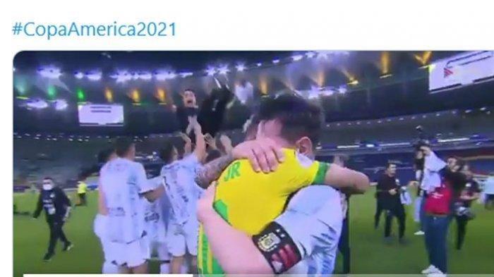 Sambil menangis, pemain Brasil Neymar mendatangi dan memeluk Messi seusai Argentina Juara Copa America 2021 mengalahkan Brasil 1-0, Minggu (11/7/2021). Kini keduanya bakal merumput bersama di PSG.