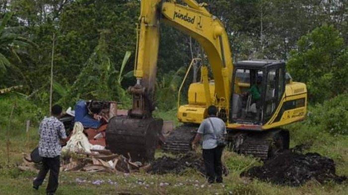 Barang Rusak Inventaris Daerah Milik Pemko Palangkaraya Dimusnahkan Pakai Alat Berat