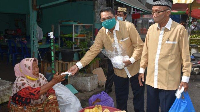 FKUB Kapuas Bagikan Masker di Pasar Besar Kualakapuas Kalteng, Dukung Tekan Penyebaran Covid-19