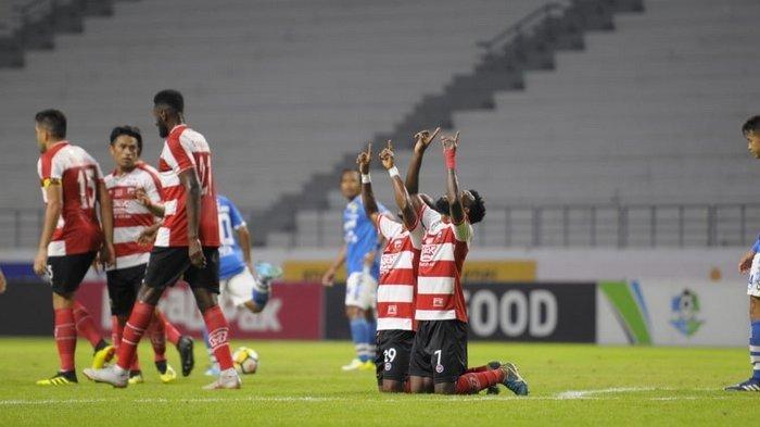 Persib Vs Madura United - Persib Bandung Takluk di Laga Usiran 1-2