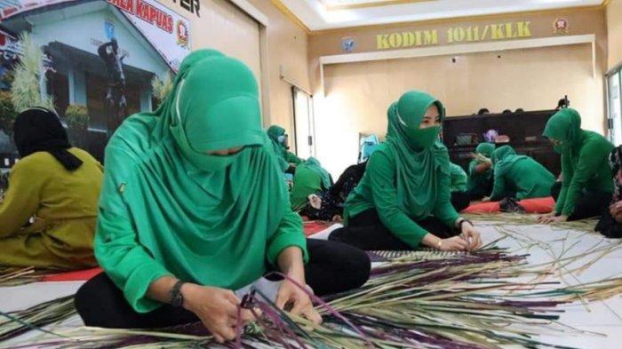 Tingkatkan Keterampilan, Persit KCK Cabang XXXVII Kodim 1011 Kualakapuas Pelatihan Anyaman Purun