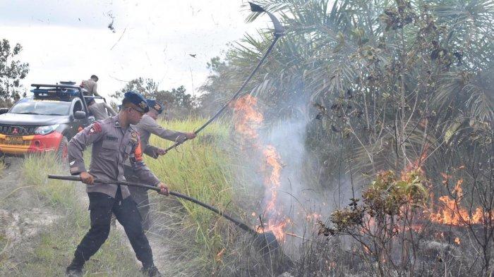 Personel Brimob Polda Kalteng Padamkan Kebakaran Lahan di Trans Kalimantan Arah Sampit-Pangkalanbun