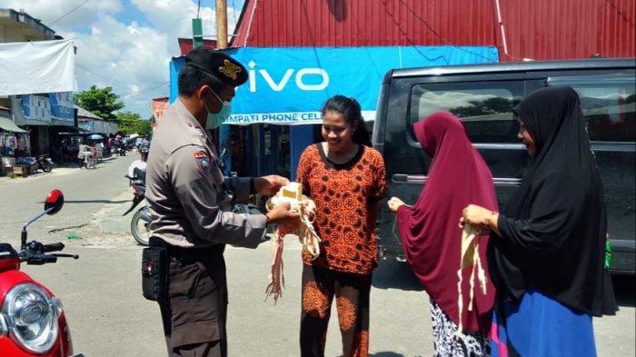 Polisi Bagikan Masker di Pujon Kapuas Tengah Sembari Titip Ini