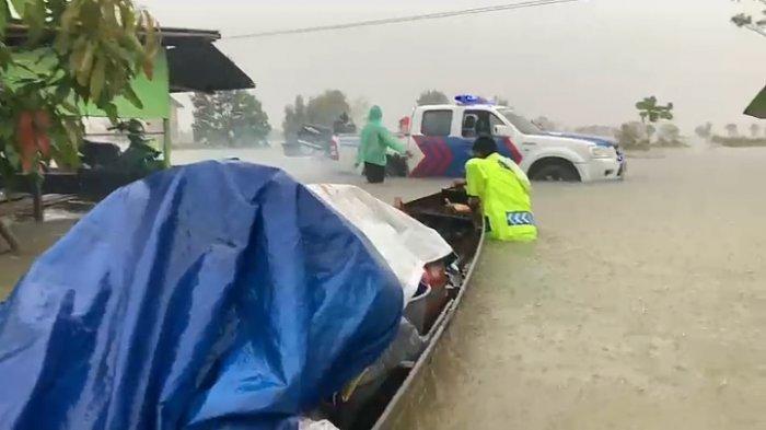 VIDEO Banjir di Pandahan Tala Kalsel Kian Dalam, Polantas Ungsikan Warga