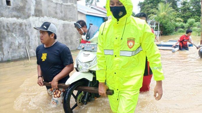 Personil satsabahara bantu angkat sepeda motor warga yang kebanjiran di Kompleks Maluyung.