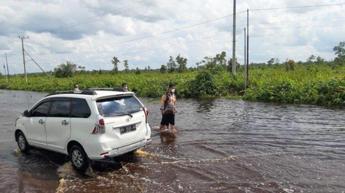 Jalan Bukitrawi Kabupaten Pulang Pisau Kalteng Terendam Banjir, Pengendara Melintas Ekstra Hati-hati