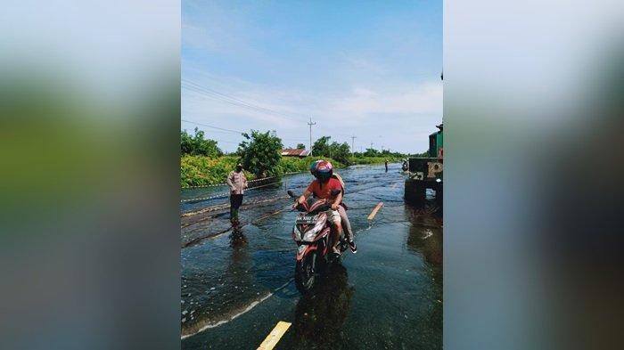 Banjir di Jalan Bukitrawi Pulangpisau Kalteng, Polisi Atur Kelancaran Lalu Lintas Kendaraan