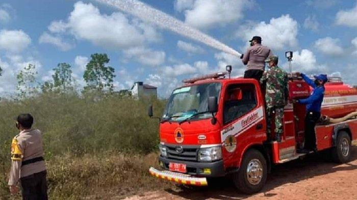 Petugas Gabungan Semprot Lahan Kering Rawan Terbakar di Trans Kalimantan Arah Sampit-Pangkalanbun