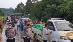Banjir Tutup Jalan Trans Kalimantan Desa Penopa Lamandau Kalteng, Polisi Pasang Plang Waspada Banjir