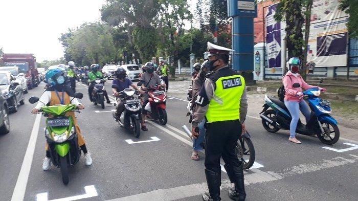 Terapkan Physical Distancing ke Pemotor, Polisi Palangkaraya Bikin Marka Jalan di Traffic Light