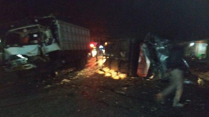 Mobil Pikap Angkut Ayam Tabrak Truk Parkir hingga Terbalik, Ayam Berhamburan, Sopir Terluka