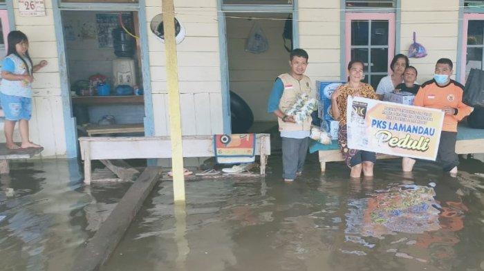 14 Desa dan Dua Kelurahan di Kabupaten Lamandau Terendam, Relawan PKS Bantu Sembako Korban Banjir
