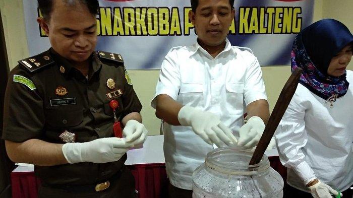 Barbuk Tangkapan Polda Kalteng Dimusnahkan, Shabu 33 Gram dan Ekstasi 52 Butir Direndam Air