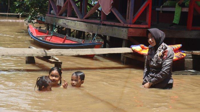 Hilangkan Trauma, Polwan Polda Kalteng Ajak Anak-anak Korban Banjir Bermain