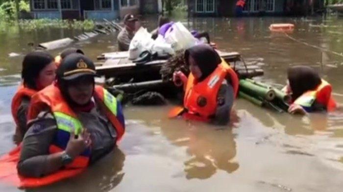 Polwan Polres Katingan Berbasah-basahan Bagi Sembako di Lokasi Banjir
