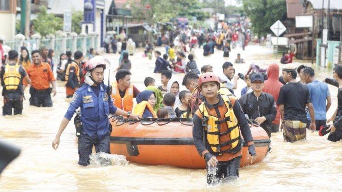 FOTO Suasana Dramatis Banjir di Cempaka Banjarbaru, Puluhan Warga Diungsikan, Luasan Mencapai 20 RT