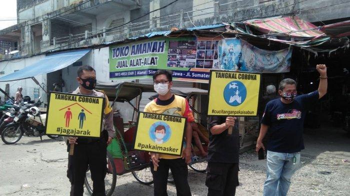 Relawan dan Tim Satgas Covid-19 Imbau Warga di Pasar Besar Palangkaraya Pakai Masker