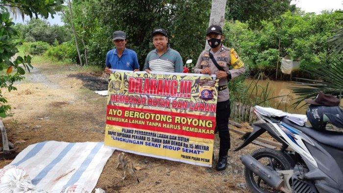 Sambang Warga, Anggota Polsek Pulau Petak Sosialisasikan Larangan Membakar Lahan