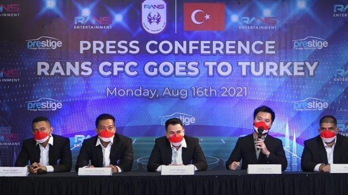 Raffi Ahmad dan manajemen RANS Cilegon FC menggelar konferensi pers Goes to Turkey