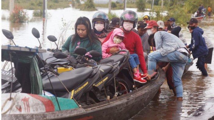 Foto-foto Terkini Banjir di Bukit Rawi Pulangpisau Kalteng, Pemilik Perahu Penyeberangan Panen