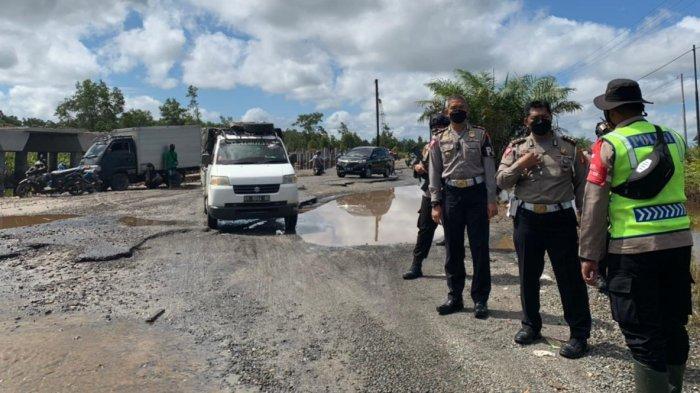 Usai Banjir Luapan Sungai Kahayan, Jalan Bukit Rawi Rusak Parah, Pengendara Harus Hati-hati