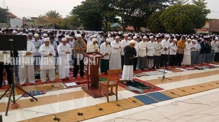 Ribuan Warga Ikuti Salat Istisqa di Halaman Masjid Agung Al Mukarram Kualakapuas Kalteng