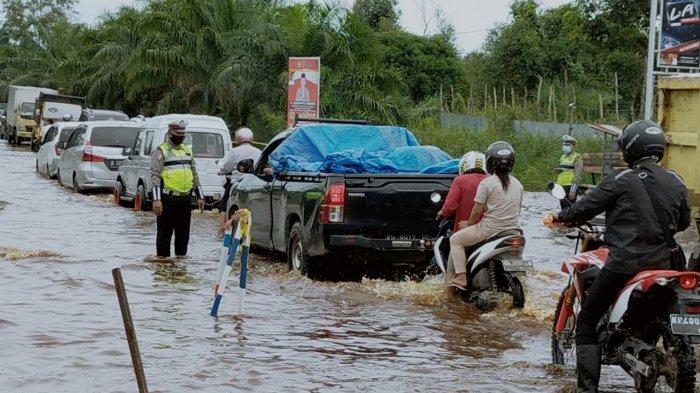 VIDEO Antrean Capai Tiga Kilometer Dampak Banjir Rendam Jalan Sampit-Pangkalanbun