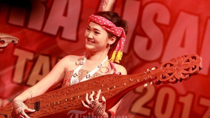 Sape, Alat Musik Tradisional Adat Dayak Kalimantan yang Bisa Membikin Merinding Pendengarnya