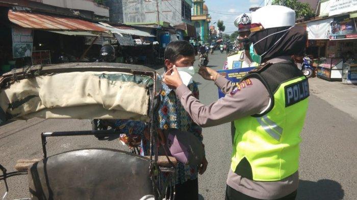 Kampanyekan Gerakan 3M, Satlantas Kapuas Kalteng Bagikan Masker ke Pengguna Jalan