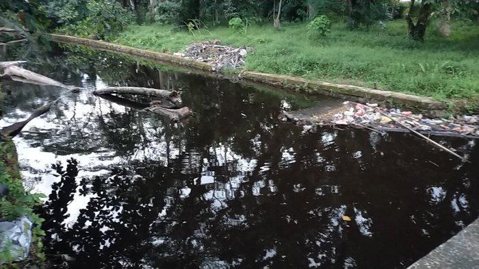 Kota Sampit Kotim Diguyur Hujan Deras, Debit Drainase Meningkat, Air Meluber ke Rumah Warga