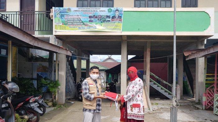 Tim Ayo Kibarkan Bendera Merah Putih PKS Kalteng Bagikan Bendera ke Sekolah-sekolah