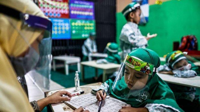 Presiden Jokowi Targetkan Juli 2021 Sekolah Tatap Muka, Tenaga Pendidik Jalani Vaksinasi Covid-19