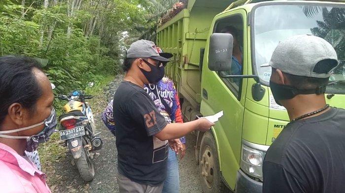Warga Kelumpang Selatan Kotabaru Setop Angkutan Buah Sawit Milik SKPE