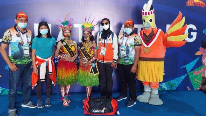 Atlet cabor Taekwondo atas Silvia Melianingsih bersama pelatih Fitriannur tiba di Papua mengikuti PON XX Papua
