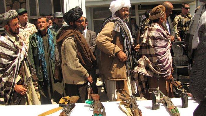 Anggota Taliban Afghanistan menyerahkan senjata dalam proses reintegrasi dan usaha perdamaian di Afghanistan beberapa tahun lalu. Saat ini Taliban mengambil alih kekuasaan di Afghanistan sepeninggak pasukan AS dan koalisi internasional.