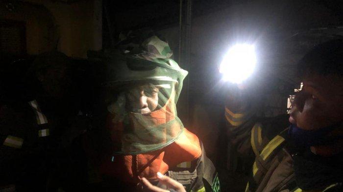Dramatis, Damkar Banjar Kalsel Evakuasi Sarang Tawon di Teras Warga