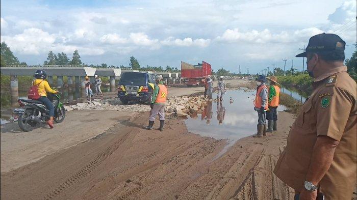 NEWS VIDEO, Jalan Berlubang Desa Penda Barania Bukit Rawi  Mulai Ditimbun