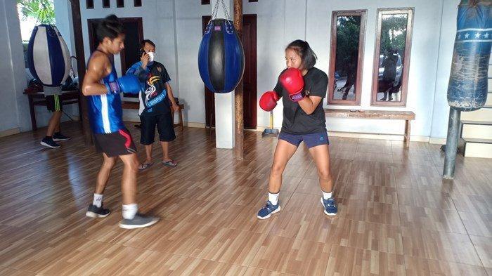 Atlet Cabor Tinju Putri Kalteng, Luhyuliani, berlatih dengan serius menghadapi sebagai persiapan bertanding di PON XX Papua, Jumat (25/9/2021).