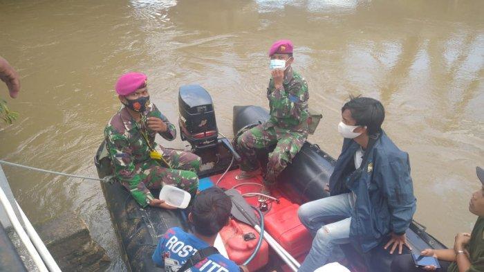 TNI AL Korps Marinir Bantu Korban  di Banjarmasin Sekitarnya