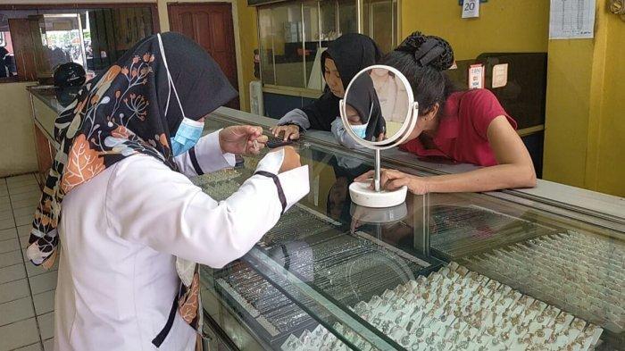 Transaksi Jual Beli Perhiasan di Pasar Sampit Sepi, Harga Emas Turun