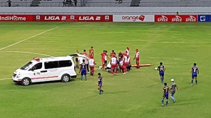 Bentrokan Duel Udara dengan Gelandang Martapura FC, Pemain Persiba Ini Digotong ke Ambulans