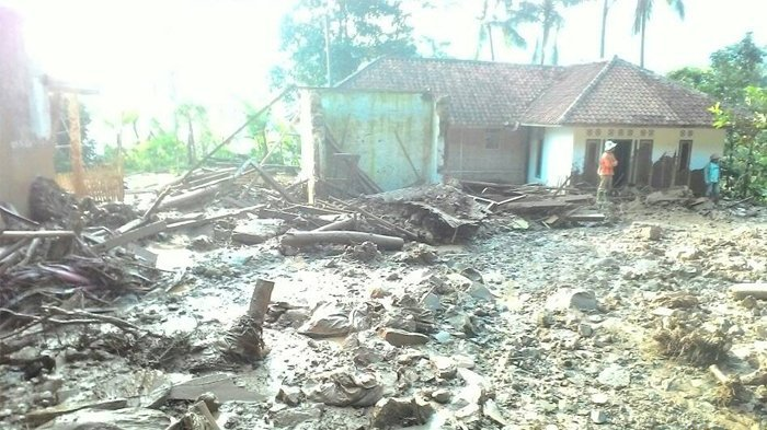 Warga Desa Ini Panik Selamatkan Diri dari Banjir Bandang Setelah Bendungan Jebol