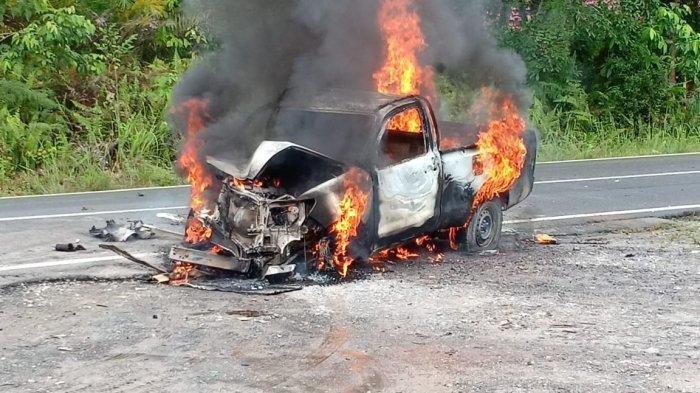 Adu Kuat dengan Truk, Mobil Hilux Terbakar, Begini Kondisi Sopirnya