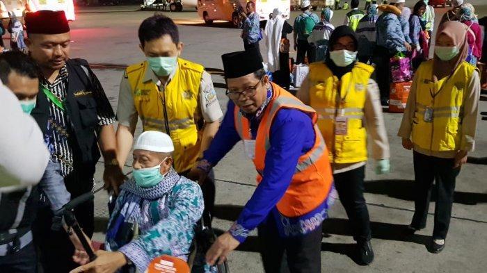 Disambut Karo Kesra, Jamaah Haji Kalteng Keloter 8 Banjarmasin Tiba