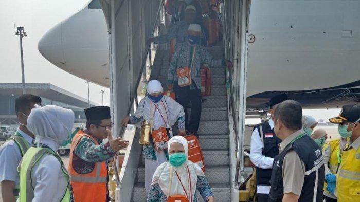 Kepala Kanwil Kemenag Kalteng Langsung Sambut Jamaah Haji di Pintu Pesawat