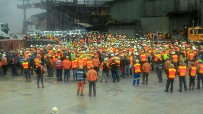 Sebanyak 1.200 pekerja PT Freeport yang menggelar aksi mogok kerja di Area Penambangan Terbuka Grasberg, Distrik Tembagapura, Kabupaten Mimika, Papua, sejak 28 September 2016.